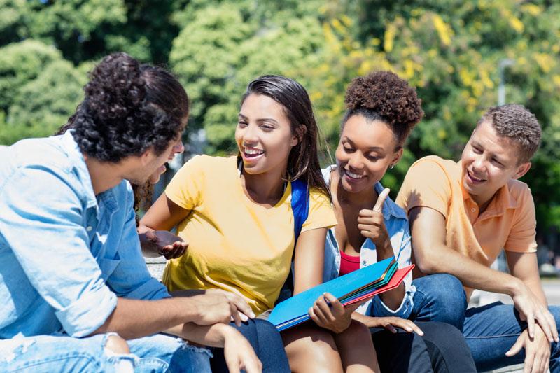 « Les jeunes ne foutent rien aujourd'hui », « Ils sont démotivés, ils n'ont envie de rien », « Que des fainéants ! ». Des phrases que l'on entend souvent à propos de la jeune génération qui peine à s'insérer sur le marché du travail. Mais est-ce vraiment par manque d'envie que les post-adolescents demeurent en retrait de la vie active ?