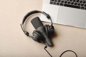 Pourquoi un podcast ? Ce format audio a le vent en poupe ces derniers temps, particulièrement auprès de la jeune génération qui s'intéresse à des formats rapides et instructifs. Les étudiants, surtout, aiment écouter des podcasts par curiosité et pour apprendre des choses. Le format idéal, donc, pour aborder le sujet de l'insertion.